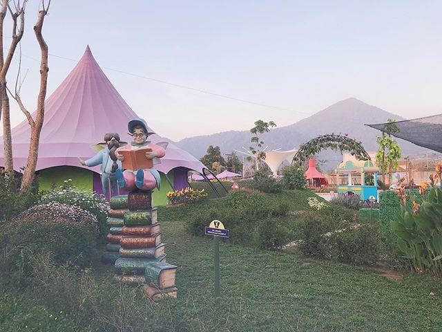 tahun lalu pas ke bandung untuk kedua kali, kita ke 'the lodge maribaya' dan mendapatkan tiket gratis untuk wisata sebelahnya, yang namanya 'fairy garden' (atau 'fairy land', atau semacam itu lah). tiketnya gratis karena memang sedang 'under construction', tapi wisatanya lucu banget dan penuh warna (´∀`)♡
