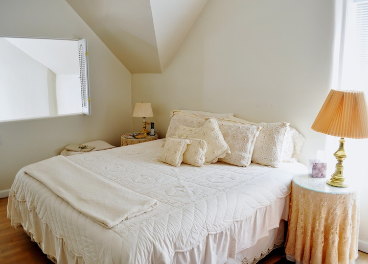 The loft style bedroom has a Kind-sized bed and ajointing bathroom suite.