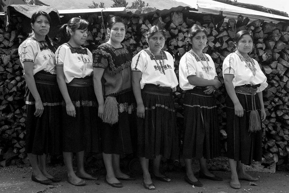 Impacto social - Buscamos dar oportunidades a las mujeres capaces y preservar la herencia cultural mexicana. Al asociarnos con artesanos que se encuentran en diferentes municipios del país, no sólo apoyamos su sustento sino que también ayudamos a revivir técnicas ancestrales de bordado que se encuentran casi al grado de la extinción.