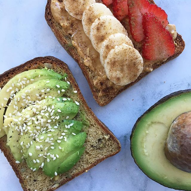 Decisions are HARD! 😱So instead of making one decision, why not make all of them! 💁🏻♀️🥜🍓🥑🍌#porquenolosdos Wish I had this right now! I'm actually in line for a fasted blood test and dreaming of breakfast food as usual 😴😍