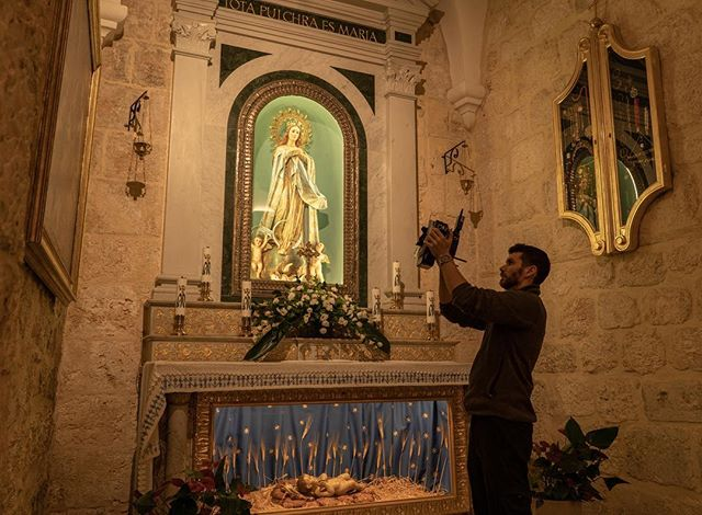 Director of Field Operations @chris2water uses cross polarization in the Catholic Church - a method used to greatly diminish glare and shine from lately reflective objects. Context: Last month, the VW team traveled to Bethlehem, to digitally document the Church of the Nativity - the birthplace of Jesus. 📸: @akasha_kae #virtualwonders