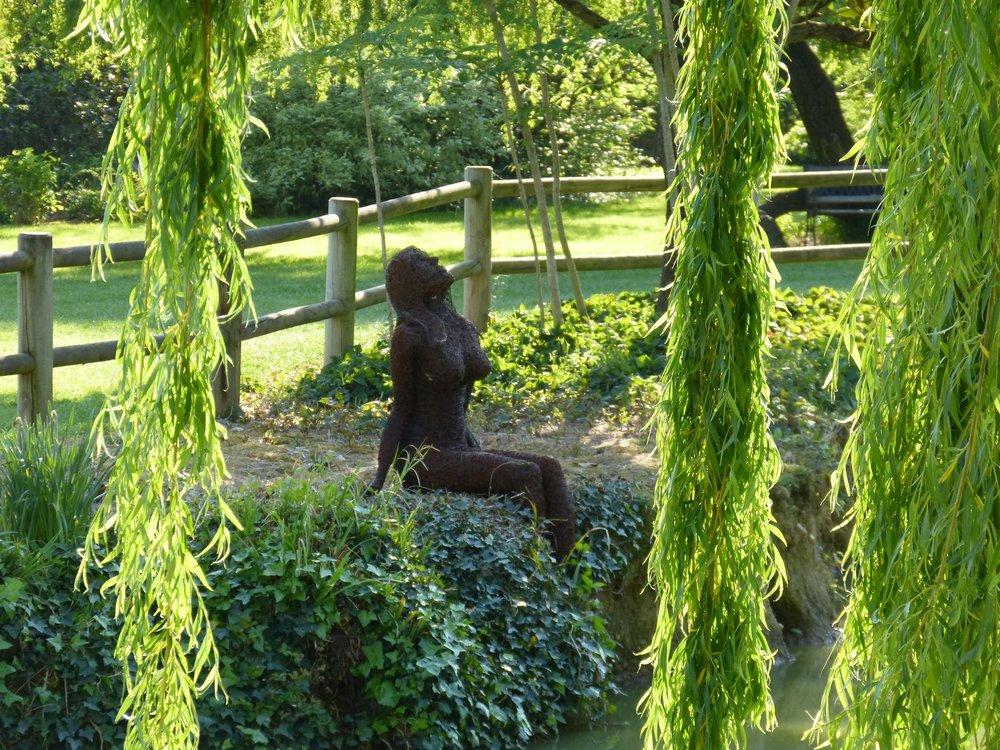 sculpture_femme_au_bord_de_l'eau.jpg