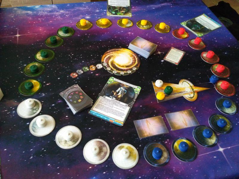 Setup til 5 personer. Hver person har deres 5 planeter og deres 5 rumskibe (kilde BGG)