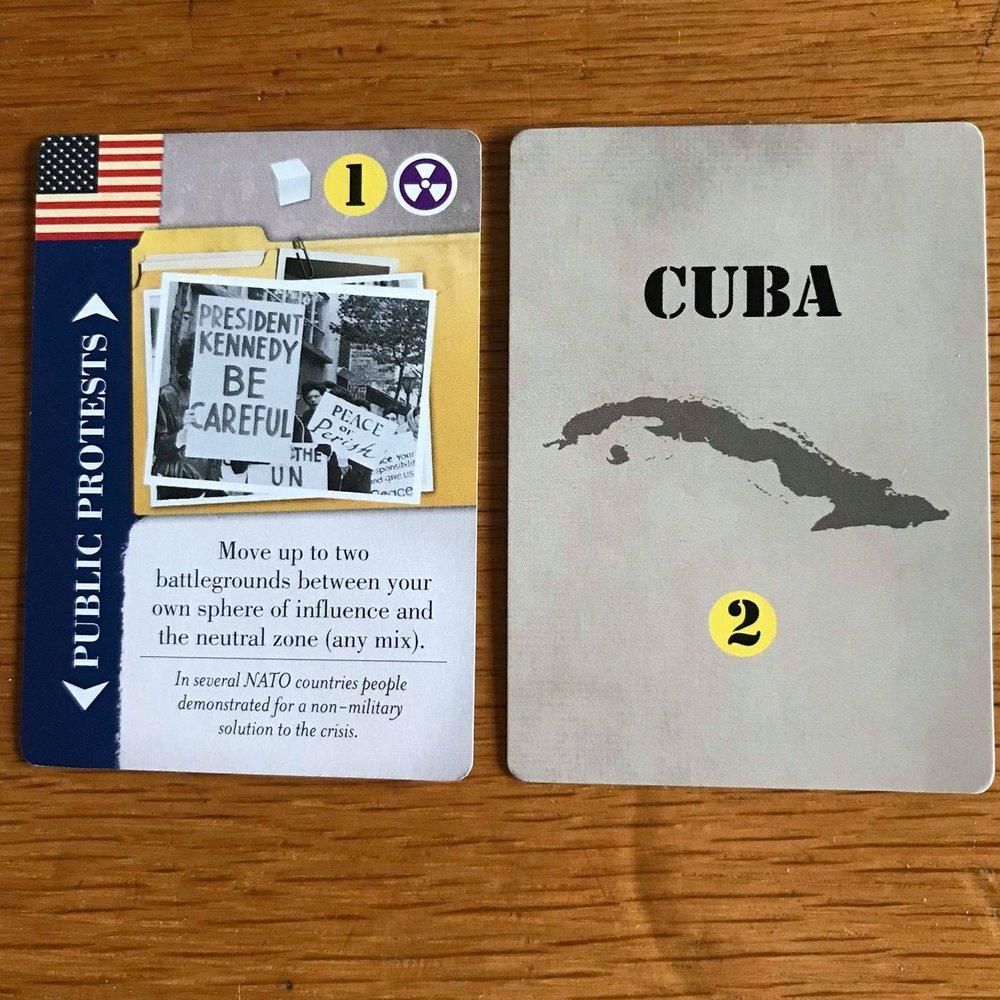 Cuba er på bagsiden af alle kort. Derfor ved spillerne ikke hvilket kort der er blevet vendt som Cuba i denne omgange.