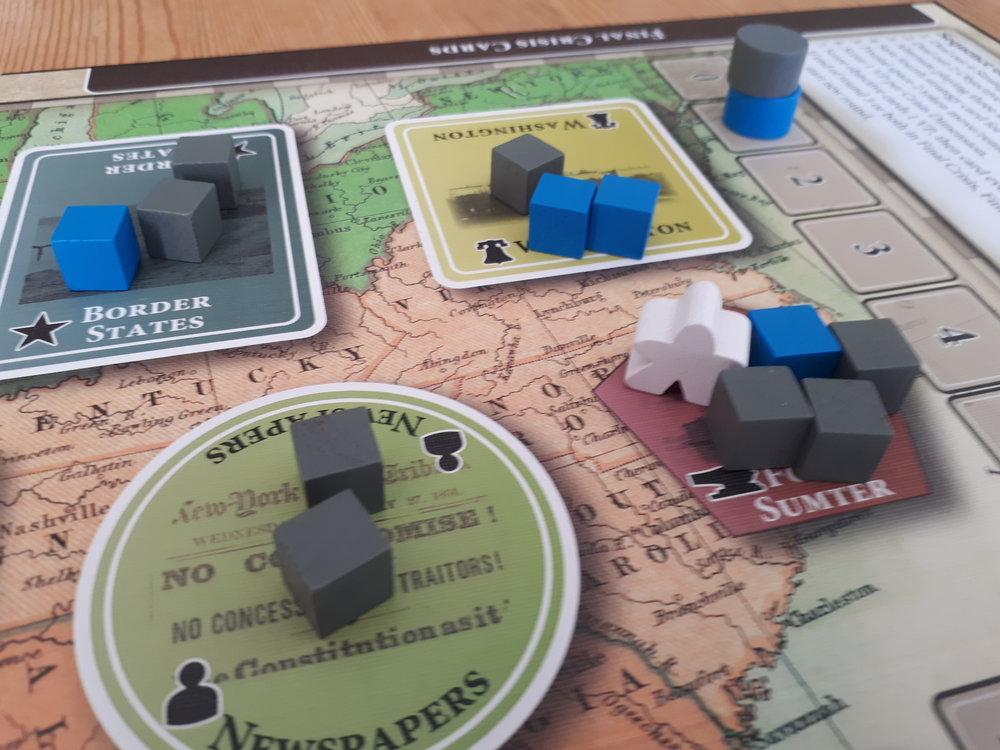 I Fort Sumter har vi indflydelse (cubes), forskellige felter (dem med hvidt omrids er pivotal spaces), og den frygtede Peace Commissioner