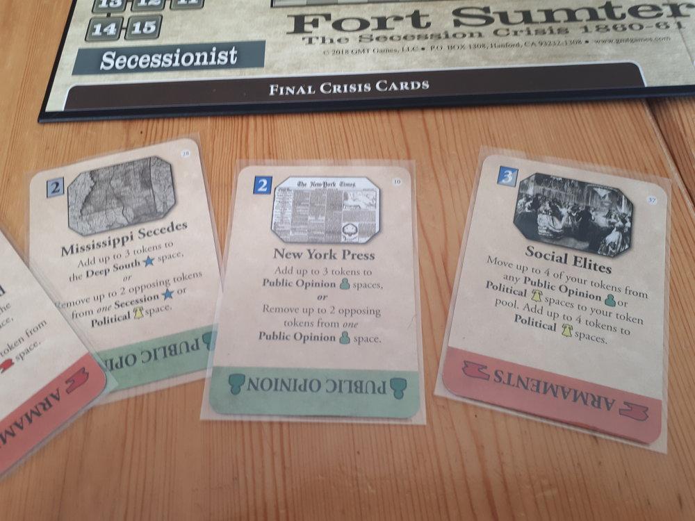Kortene i Fort Sumter har en værdi, en side der kan bruge dem, en event, og så hvilken type kortet er i The Final Crisis