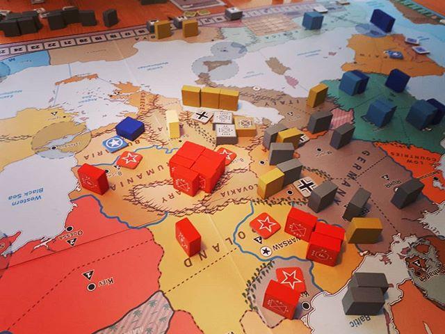 En kæmpe hær i Ungarn. Spillet er Triumph and Tragedy #brætspil #gmtgames #krigsspil #wargames