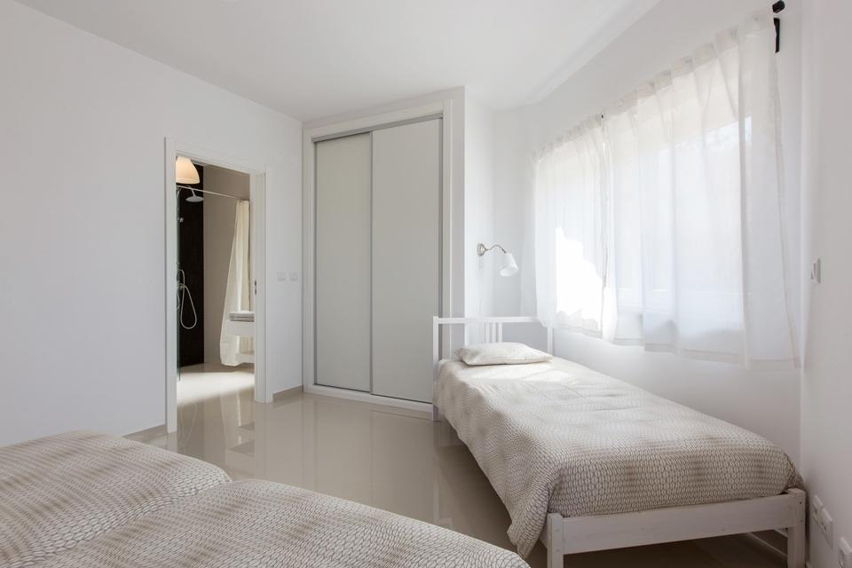 mav2_Peralta_3rd_bed_bathroom.jpg