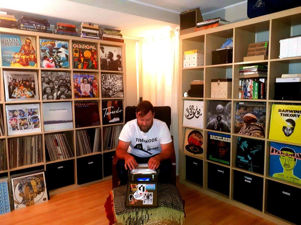 DJ Zattar entouré de sa collection de vinyles àson studio d'Ottawa. Photo : E. Laberge
