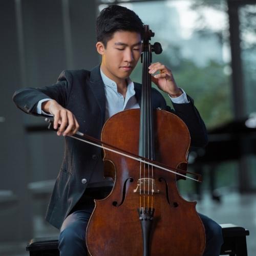 Bryan Cheng, un des gagnants du concours de la Banque d'instruments de musique de 2018, a remporté le prêt du violoncelle Stradivarius Bonjour v. 1696. Photo : Donna Santos Studio