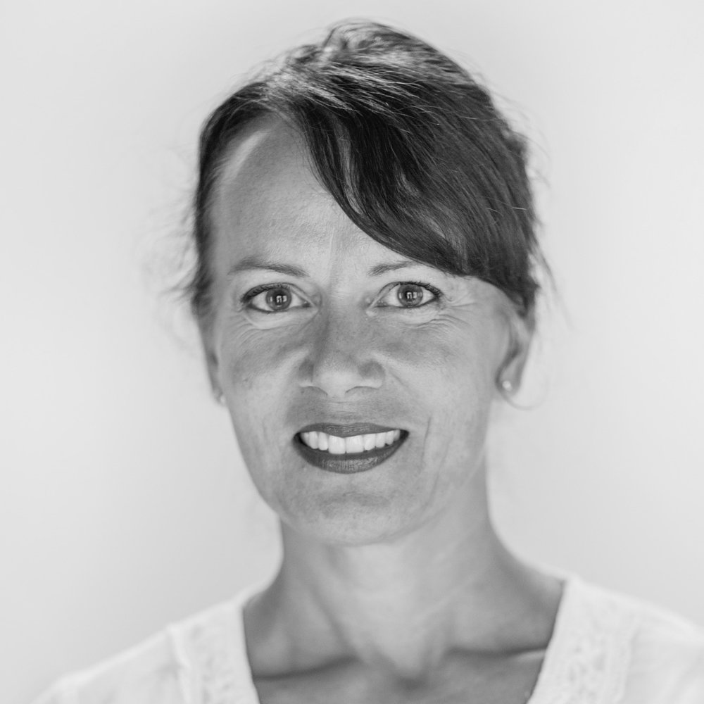 - Ulrika Bergroth-PlurUdannet musikklærer, piano-pedagog og dirigent fra Sibelius-akademiet, og arbeidet i mange år som utøvende dirigent og som rektor for en kulturskole i Finland. Hun har arbeidet med mange kor, og utarbeidet materiell for kor-sangere og dirigenter. Hun har bakgrunn som leder for Konsert-avdelingen Barn og Unge i Rikskonsertene, og er nå daglig leder Musikk i Skolen.
