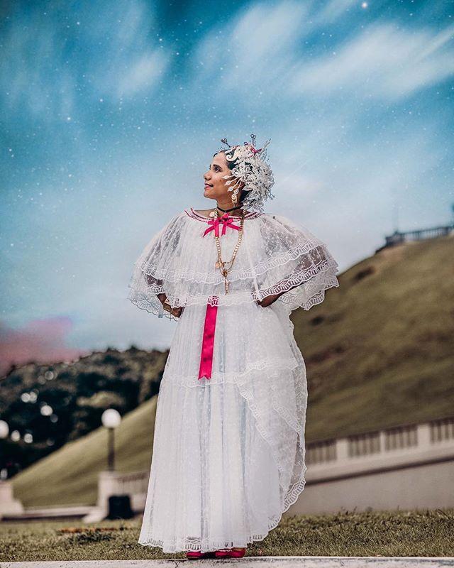 No podía dejar de compartir algo con ustedes hoy, en el día mundial de la fotografía. Un adelanto de la sesión con la artista Dorcas Anaya. Que hermosa poyera, el vestido típico de mi país 🇵🇦 ¿Les gusta este estilo? . . . . #dayphotography #photographyday  #internationalphotographyday #worldphotoday #photoday #moodygrams#alphahype#globe_people#theimaged#visualambassadors #agameoftones#portraitsfromtheworld#portraitmood#FTMEDD#ourmoodydays #bravogreatphoto#expofilm#earth_portraits#streets_vision#bleachmyfilm#shotzdelight#featuremeseas#heatercentral#vzcomood#kdpeoplegallery#portraitpage#milliondollarvisuals#portraitgames