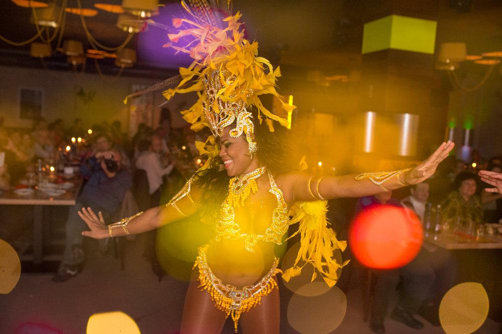 SHOW TIME! - Lassen Sie sich jeden Freitag & Samstag zu heißen brasilianischen Rhythmen von unseren Tänzerinnen und Tänzern begeistern und erleben Sie unsere einmalige Samba-Show!