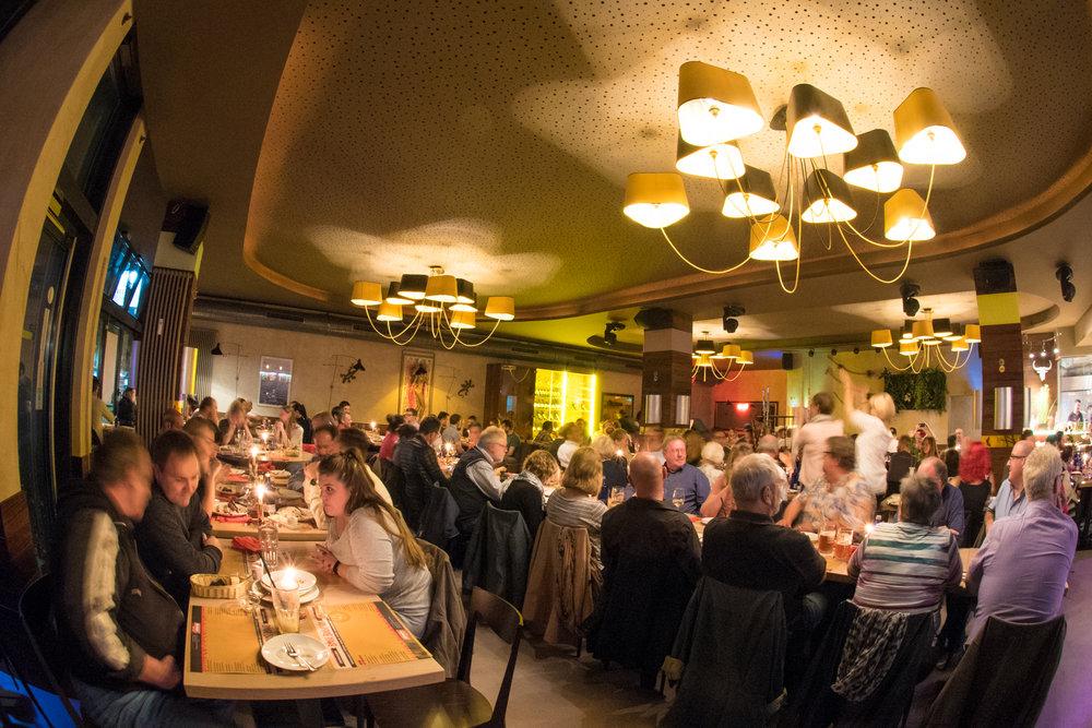 WILLKOMMEN - Brasil Brasileiro Churascarria -ein brasilianisches Restaurant mit einem besonderen Rodizio-Drehspieß-Grill.Brasilianisches Flair, Grillspezialitäten und Erlebnis-gastronomie im Herzen Berlins, direkt am Kurfürstendamm.