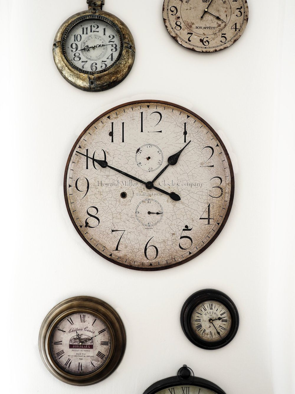 2. - Don't let time stop – If you have wall clocks make sure they are always ticking because a ticking clock activates positive energy that impacts happiness and finances. A non- working clock stagnates energy in your home and life. I just all together avoid wall clocks.