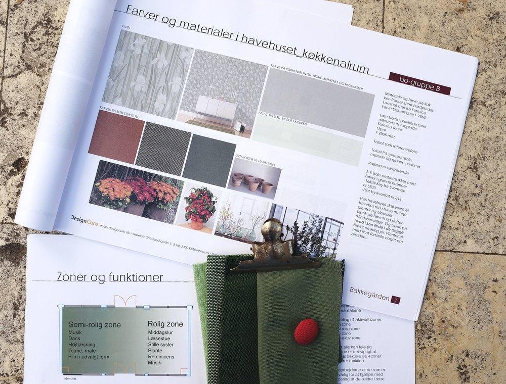 Designmanual - Med udgangspunkt i input fra 'fotodagbogen' og 'workshoppen' arbejde DesignCure med at konkretisere alle idéerne og skabe 'en rød tråd' i indretningen.Designmanualens formål var, at have en fremadrettet plan for, de forskellige del-elementer der indgår i en indretning.Et element vi bl.a. arbejdede med var, at opdele de mange store fællesrum i mindre rum og gav dem forskellige identiteter. Vi ved, hvor vigtigt det er, at mennesker med demens skal have mulighed for at sortere unødige stimuli fra og kunne orientere sig og finde vej.