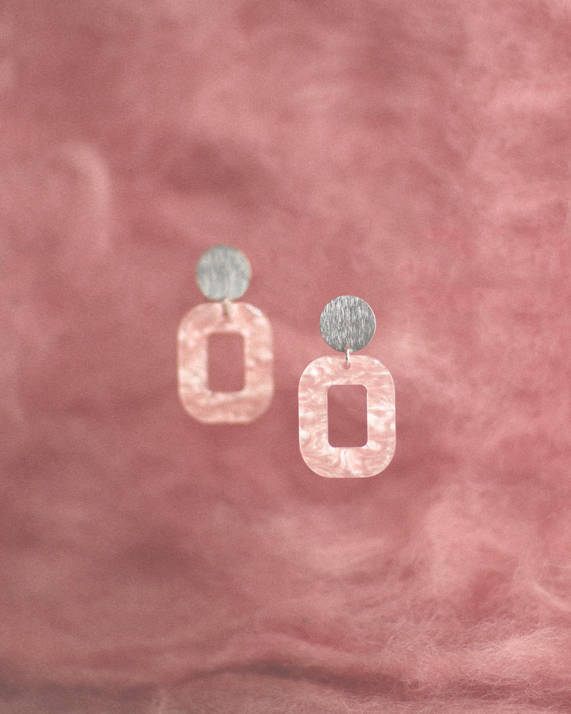lyserød-baby-rosa-ørering-persuede-med-farvet-baggrund.jpg