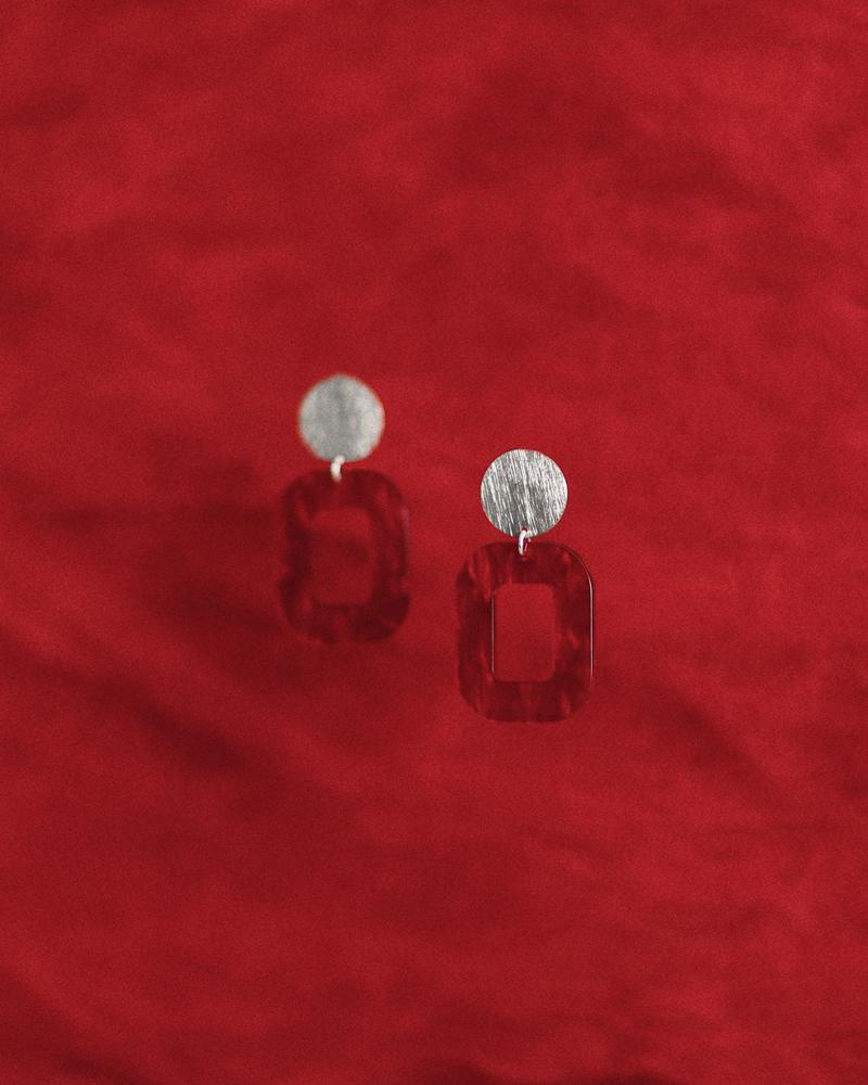 rød-baby-rosa-øreringe-persuede-med-farvet-baggrund.jpg