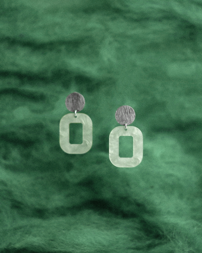 pastel-grøn-baby-rosa-øreringe-persuede-med-farvet-baggrund.jpg