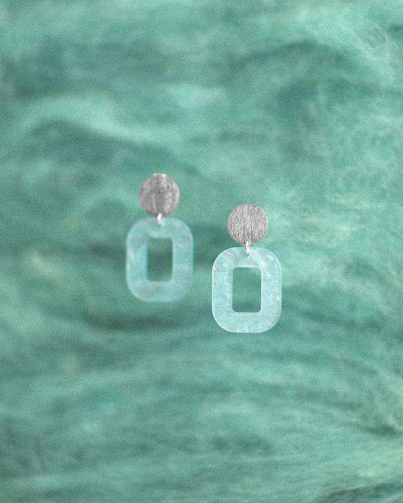 pastel-blå-baby-rosa-øreringe-persuede-med-farvet-baggrund.jpg
