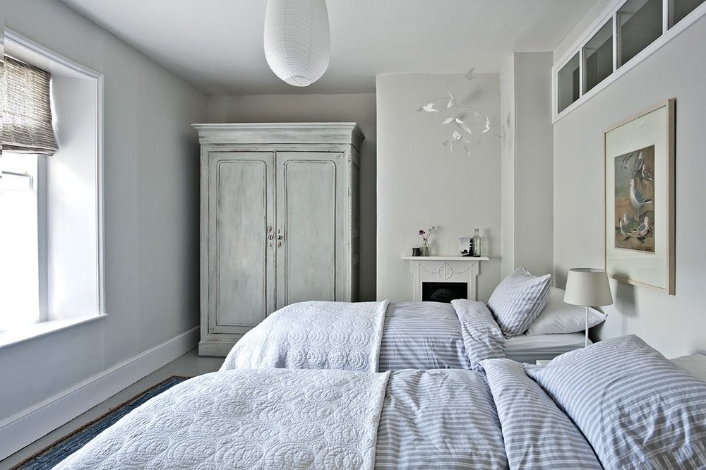 Street Bedroom - This has a large en suite bathroom, and can be arranged as either a double or twin. It has a connecting door to the Master Bedroom, but also has its own door from the hallway.