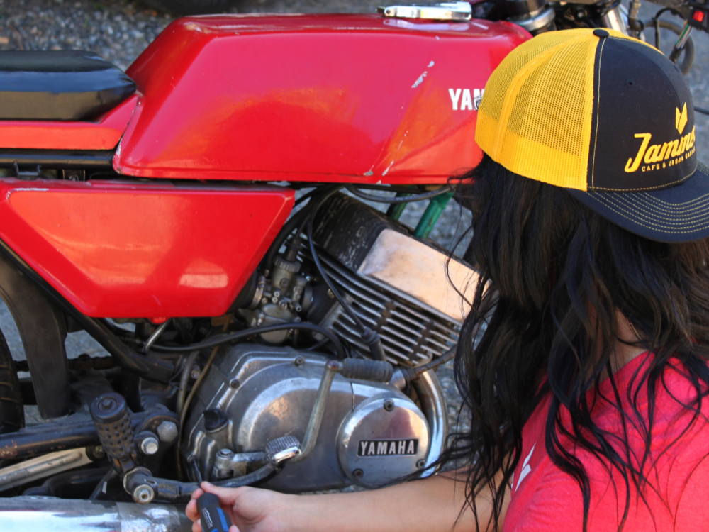 img-home-motorcycle-repair-woman.png