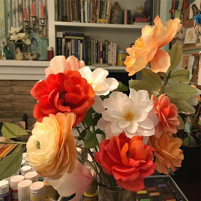 Sometimes flowers arrange themselves. I looked up from my desk where I had put a bunch of flowers randomly in a jar and they seemed to fall into a lovely arrangement. 😊 Forgive the messy book shelves. 😜 —— #paperflowers #crepepaper #randomflowerarrangement #creativedharma