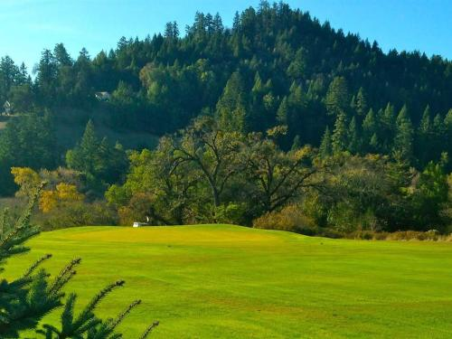 benbow golf course - The Benbow KOA offers guests at the historic Benbow Inn a 9-hole golf course experience. Enjoy a day out on the green, then come by the lounge for a refreshing beverage!