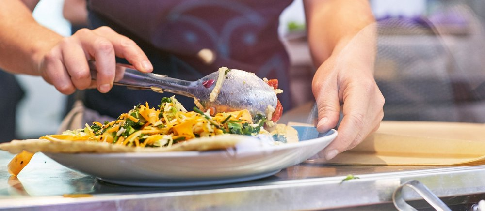 Petits plats faits maison et saveurs du monde - Chez HIBOU Deli, vous trouverez des plats faits maison, frais et savoureux, à emporter. Les plats sont préparés sur place chaque jour et nous sommes fiers de nos choix d'aliments sains inspirés par les saveurs du monde.Voir le menu pour les sans lactose,des plats sans gluten et végétaliens.