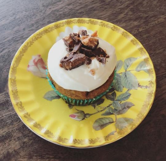 Pumpkin cupcakes with maple cream cheese frosting and Skor pieces!