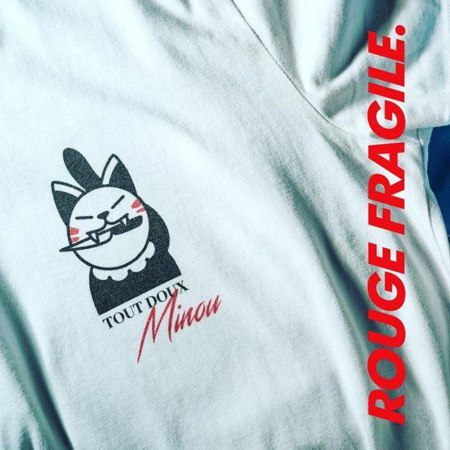 🔻NOUVEAUTÉ🔺 Notre petit dernier «TOUT DOUX MINOU» est arrivé ! ✏️Le dessin a été fait par un tatoueur et dessinateur que nous adorons : @encremecaniquetattoo ! . . ➡️Disponible dès maintenant sur www.rougefragile.com . #toutdouxminou #women #boys #unisexes #solidaires #rougefragile #tshirt #teeshirt #chat #tatoo