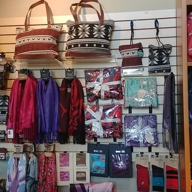 Look at all the new product that just arrived!  Tote bags, crossover purses and wraps to name a few!