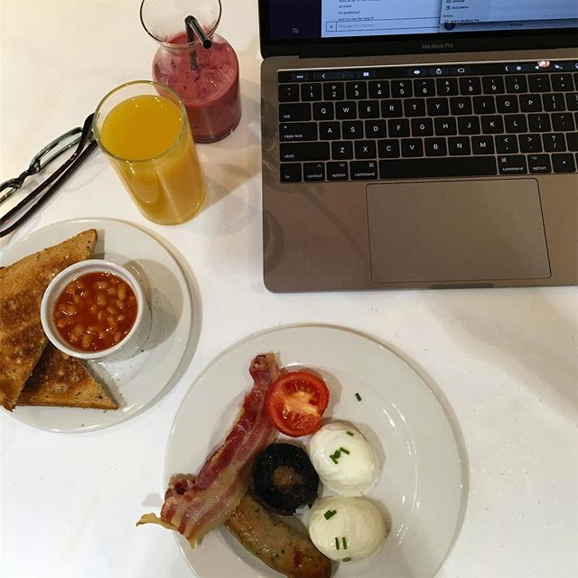 Work can be hard, but a good English breakfast makes everything better 🍳 #fullenglish #workmeal #yesthosearebakedbeans #breakfastmakesmehappy