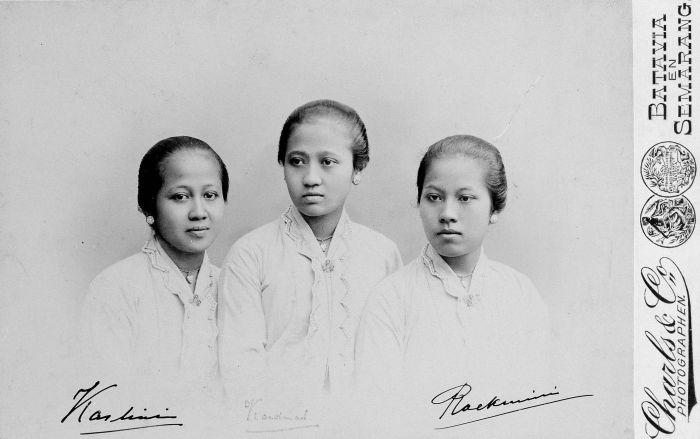 Kartini (links) met haar twee zussen Kardinah en Roekmini, collectie Tropenmuseum.
