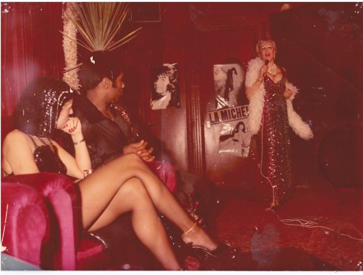 Aaïcha zingend in een Amsterdams café, jaren 70/80, privécollectie.