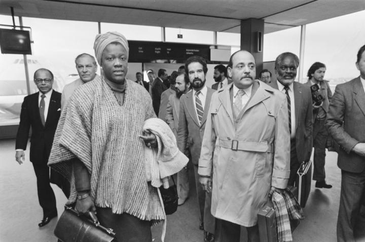 Antilliaanse delegatie onder leiding van premier Liberia Peters komt aan op Schiphol, Nationaal Archief.