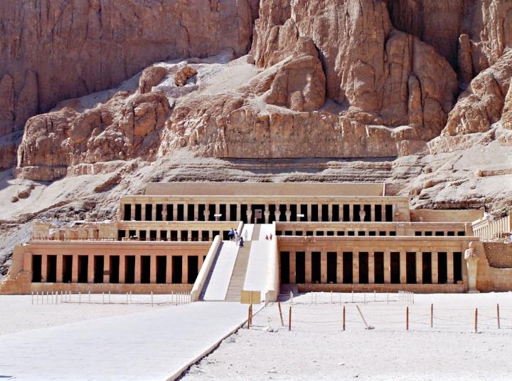 De tempel van Hatsjepsoet in Deir el-Bahriook (Egypte), ook wel het  huis van miljoenen jaren  genoemd, foto: Andrea Piroddi.
