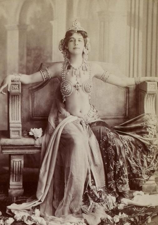 """Mata Hari in haar """"rol"""" als exotische danseres, Parijs begin twintigste eeuw, Gallica."""