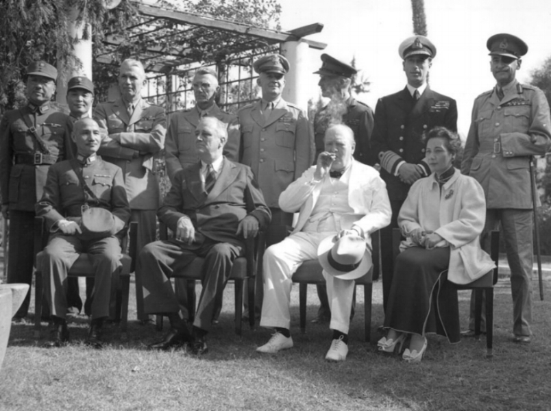 Foto uit 1943 tijdens de conferentie van Caïro. De bijeenkomst werd bijgewoond door president Roosevelt van de Verenigde Staten, de Brits premier Winston Churchill, en de leider van de Chinese republiek Chiang Kai-shek en zijn vrouw Song Meiling, beter bekend als 'Madame Chiang Kai-shek'.