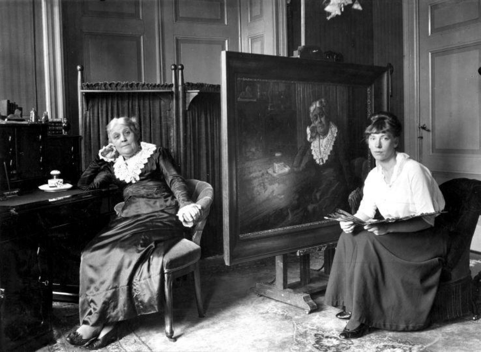 Wilhelmina Drucker in 1917, terwijl ze wordt geportretteerd door kunstenares Truus Claes, Nationaal Archief.