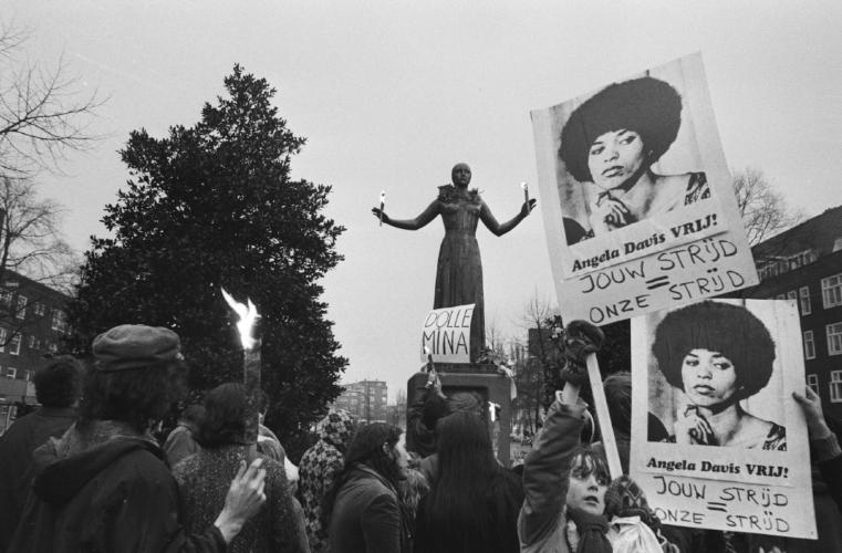 Dolle Mina's demonstreren in 1971 voor de vrijlating van Angela Davis bij het Wilhelmina Druckermonument in Amsterdam, Nationaal Archief.