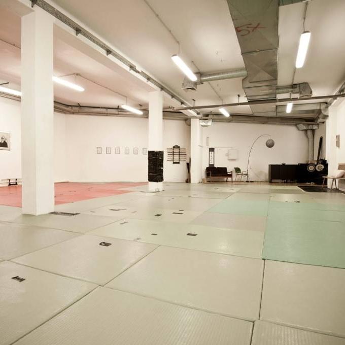 UNSERE TRAININGSHALLE IN GRAZ   Ca. 110qm Trainingsfläche, Eingangsbereich und getrennte Dusche/WC    OUR TRAININGCENTER IN GRAZ     Aprox. 110qm Trainingspace, Entrance and separate Shower/WC