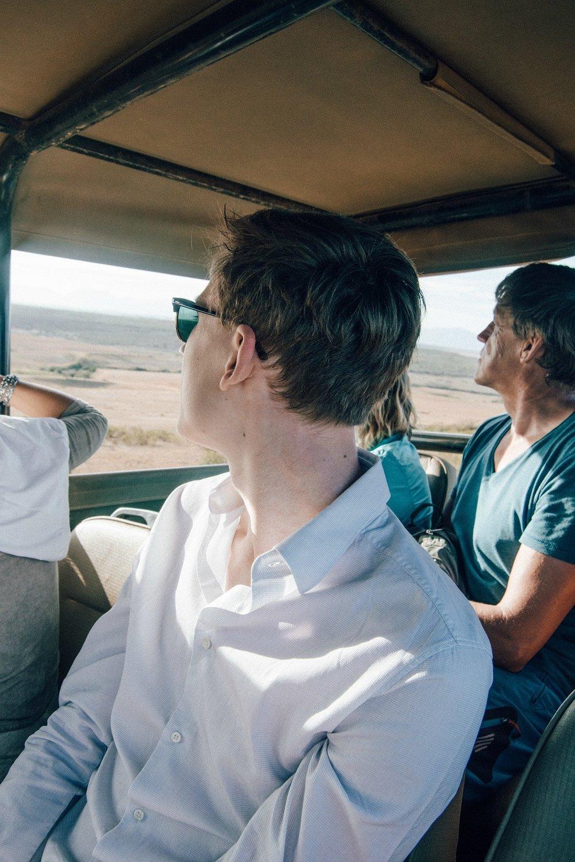 """Die Safari - In einem offenen Geländewagen in dem etwa 9 Personen und unser Ranger Platz haben ging es für uns immer morgens (7:00) und abends (17:00) auf Pirschfahrt und auf die Suche nach den so genannten """"Big Five"""". Die Chance Löwe, Gepard, Elefant, Nashorn und Büffel zu sehen ist in Südafrika wirklich gut, in einem Reservat noch größer.Private Wildreservate wie unseres sind im Verhältnis zu den großen Nationalparks in Südafrika relativ klein, betragen jedoch zwischen 10.000 und 22.000 Hektar. Je nach Größe und Austattung dürfen bestimmte Tierarten gehalten werden, damit die Wildtiere den Freiraum haben, den sie für ein glückliches Leben brauchen und artgerecht gehalten werden können."""