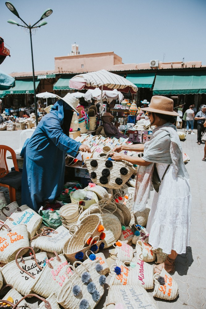 Durch die Souks streifen - Egal, wohin ihr in der Medina wollt, an den berühmten Souks kommt ihr nicht vorbei. Es ist der größte Basar Afrikas, der sich durch die ganze Stadt zieht – beängstigend und aufregend zugleich. Auch Paul und ich waren komplett begeistert davon. Das Einkaufen haben wir uns bis am letzten Tag aufgehoben, um vorhin einen guten Überblick über alles und ein Gefühl für die Preise zu bekommen. Allzu viel hatte in unserem Koffer zwar nicht Platz, ein paar goldene Schätze und zwei Hamamtücher haben es dann aber doch hinein geschafft.