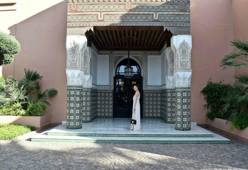 Pooltag im luxushotel la mamounia - Obwohl unser Riad zur oberen Mittelklasse zählte, waren die 8 Tage in Marrakesch billig im Vergleich zu anderen Städtetrips. Das lag vor allem am günstigen Essen und den beschränkten Shoppingmöglichkeiten. Wir waren darauf vorbereitet, dass die Hitze uns zu schaffen machen würde und haben immer wieder vom so genannten Pool-Day-Pass gelesen.Am 4. Tag unseres Trips leisteten wir uns also einen der besagten Pool-Tage.Und so funktioniert's: Die meisten großen Hotels in Marrakesch haben Swimmingpools, die für die Öffentlichkeit zugänglich sind. Einfach vorher online buchen und schon könnt ihr die Poolanlage den ganzen Tag nutzen. Die Preise beginnen bei 20€ pro Person, bei manchen ist sogar ein Mittagessen dabei.Wir entschieden uns für eine luxuriösere Variante: das La Mamounia, eines der Top-Hotels der Stadt. Die Entscheidung basierte auf dem gebotenen Angebot (große Poolanlage, Benützung des Spa-Bereichs und die riesige Parkanlage des Hotels), der kurzen Entfernung zu unserem Riad (die meisten Hotels mit Pool-Tagespass waren nur mit dem Auto erreichbar; vom Djemaa el Fna war es zum La Mamounia nur ein 15-minütiger Fußmarsch) und dem guten Preis-Leistungsverhältnis (50€ pro Person).
