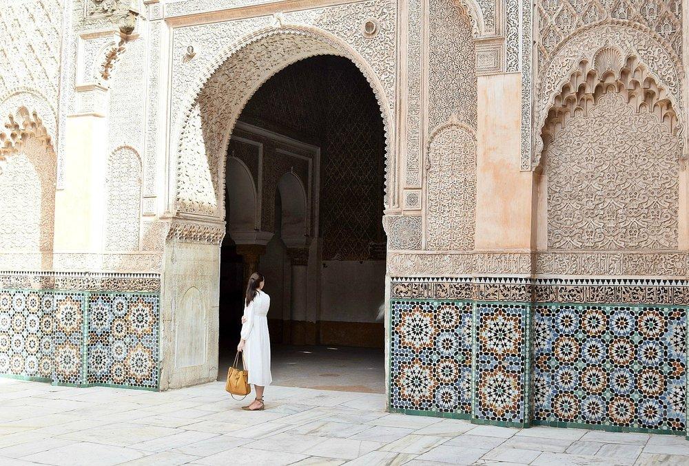 ben youssef - Unser erster Fixpunkt am Tag nach unserer Anreise war die Madersa Ben Youssef, eine der schönsten Sehenswürdigkeiten der Stadt, wenn nicht des Landes. Die ehemalige Koranschule im Norden der Medina wurde vor gut 50 Jahren restauriert und beeindruckt an jeder Ecke. Den Besuch der Madersa solltet ihr euch unbedingt einplanen, egal ob ihr kurz oder lange in Marrakesch seid. Verbinden könnt ihr es mit dem Museum Marrakesch und dem Maison de la Photographie – und voilàhabt ihr einen perfekten Plan für einen heißen Tag in Marrakesch.