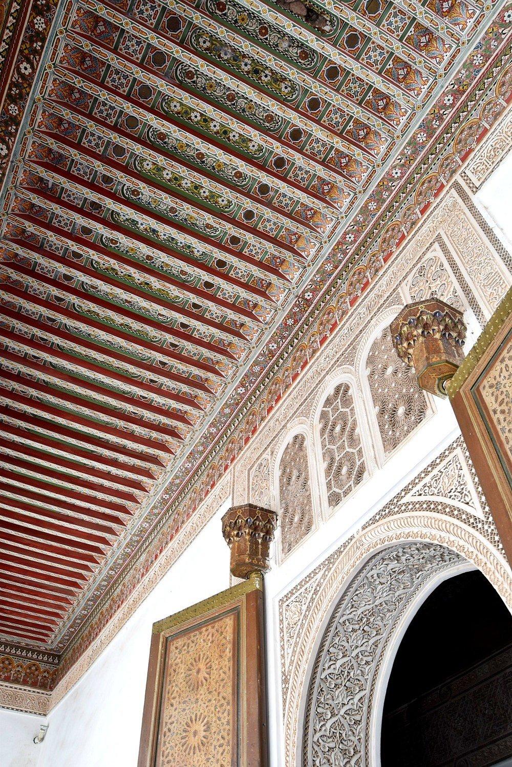 bahia palace und besuch im hammam - Diese etwas versteckte Palastanlage liegt im Zentrum von Marrakesch und zählt definitiv zu den schönsten Plätzen dort. Am meisten beeindruckt haben mich die Gärten und die Mosaikdecken. Verbracht haben wir dort eine gute Stunde – verbinden lässt sich der Besuch des Palastes hervorragend mit einem Hammam-Besuch im Les Bains de Marrakech, welches sich nur 5 Gehminuten davon entfernt befindet.Einen wirklich perfekten Abschluss hatte unsere Reise durch den Besuch eines typisch marrokanischen Bades, dem Hammam. Städtetrips können schnell an der Energie zerren, uns ist es deshalb immer wichtig, dass wir auf Reisen sportliche Aktivitäten (damit sind auch lange Gehzeiten gemeint) und ruhige Entspannungstage abwechseln. Unsere Hammam-Behandlung war perfekt, um uns etwas Zeit für uns selbst nehmen zu können. Für uns war es eine entspannende Erfahrung, die wir zuvor noch nicht erlebt haben. Wir entschieden uns für eines der bekanntesten Bäder, das Les Bains de Marrakech, und The traditional one –45 min Hammam & der traditionelle Body Scrub + 1h Massage. Pro Person kostete die Behandlung 60€.Berührungsängste solltet ihr nicht haben: Wir verbrachten eine halbe Stunde in einem Raum, der einer Sauna ähnelte. Wir mussten uns bis auf die Badehose/Bikinihose ausziehen und wurden mit der Savon Noir, also einer schwarzen Seife (typisch marrokanisch!), zuerst eingecremt und dann mit einem angenehm körnigen Waschlappen von oben bis unten abgeschrubbt.Danach folgte eine Körpermaske; nach etwa 20 Minuten wuschen wir uns alles wieder herunter. Wir waren weich wie ein Babypopo. Eingerieben und abgewaschen wurden wir von einer netten Dame, die während des gesamten Aufenthalts in diesem Raum für uns zuständig war.Nach dem ersten Teil unserer Behandlung wurden wir in einen Ruheraum gebracht – hier war es vollkommen still und atemberaubend schön. Ein kurzer Sprung in den Indoor-Pool, ein erfrischender Tee mit Keksen und Liegen so weich wie Betten. Nach der kur