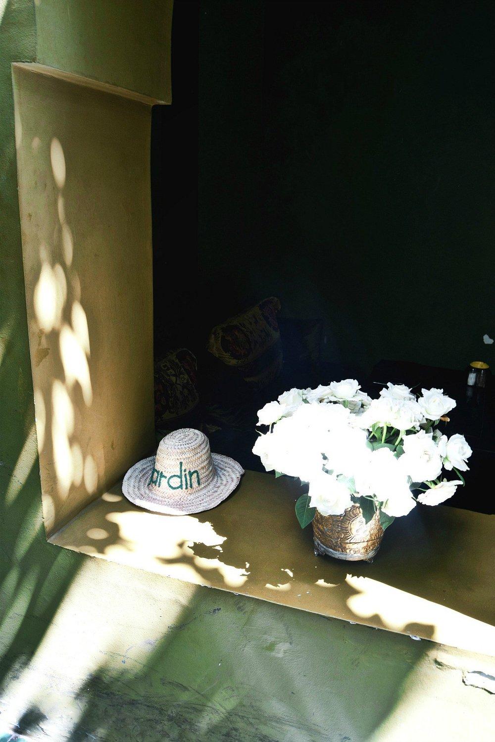 """Le jardin - Ein kleiner üppiger Garten mitten in der Altstadt Marrakeschs. So versteckt, dass man ihn nur durch die Beschilderung finden kann. Der Name Le Jardin passt wunderbar zu dieser Oase der Ruhe. Bäume und Palmen ragen aus dem Boden und schaffen eine erholsame und angenehm kühle Atmosphäre unter freiem Himmel.Paul und ich waren während unseren Urlaubs in Marrakesch gleich zweimal hier. Nicht nur wegen des hervorragenden Essens, sondern auch deshalb, da man hier wunderbar abschalten und sich von der afrikanischen Hitze erholen kann. Die Karte im Le Jardin ist vergleichsweise groß. Da ich das Wort """"Tajine"""" schon nicht mehr lesen konnte, wählte ich das """"Minced chicken with cream, mushroom and basmati rice"""". Für probierfreudige Fleischesser bietet das Le Jardin außerdem die gewöhnungsbedürftigeTauben-Pastilla an."""
