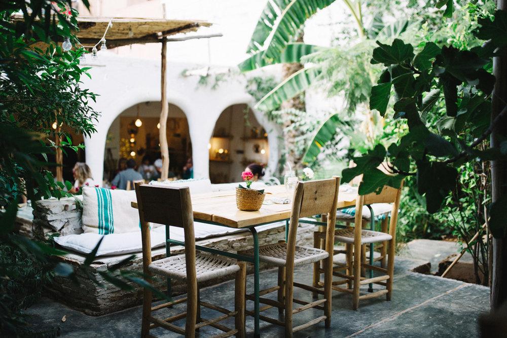 la famille - Ein Restaurant/Café, welches auf den ersten Blick so gar nicht nach Marokko passt. Betritt man das von Bäumen und Pflanzen geschützte Restaurant, merkt man aber schnell, mit wie viel Liebe zum Detail das La Famille gestaltet ist. Mein persönliches Highlight: die kleine Boutique mit wunderbaren, handgemachten Schätzen, um das marokkanische Flair mit nach Hause zu nehmen. Ich habe dort einen wunderbaren Ring aus Messing für 35€ ergattert – es vergeht kein Tag, an dem ich ihn nicht auf meiner Hand trage.Die Preise sind im La Famille etwas teurer und die Gerichte leicht ausgefallen. Bestellt euch aber unbedingt das große Glas Wasser mit erfrischenden Gurkenscheiben – das hat diesen heißen Tag wirklich angenehmer und erträglicher gemacht!