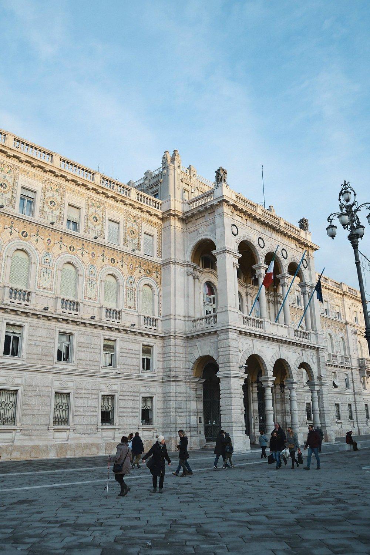 Mehr Wien als Venedig - Was für eine passende Beschreibung, die mir wenige Wochen vor unserem Aufenthalt untergekommen ist. Gerade auf der Piazza dell'Unità d'Italia, dem Hauptplatz von Triest und gleichzeitig Italien's größtem Platz mit Blick aufs Meer, fühlt man sich wie im 1. Bezirk von Österreichs Hauptstadt.